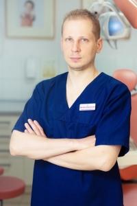 lek. dent. Bartosz Pawłowski (specjalista chirurg)
